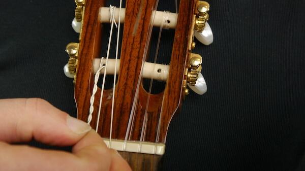 Saiten wechseln Konzertgitarre