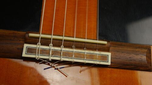 Saiten aufziehen klassische Gitarre