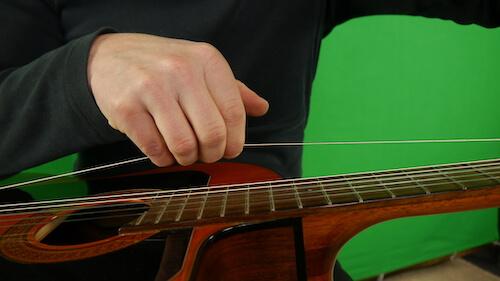Konzertgitarre Saiten wechseln